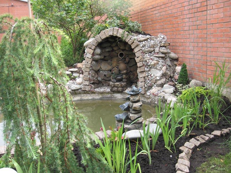 Оригинальное оформление сада с использованием искусственного грота