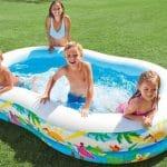 надувной бассейн и дети