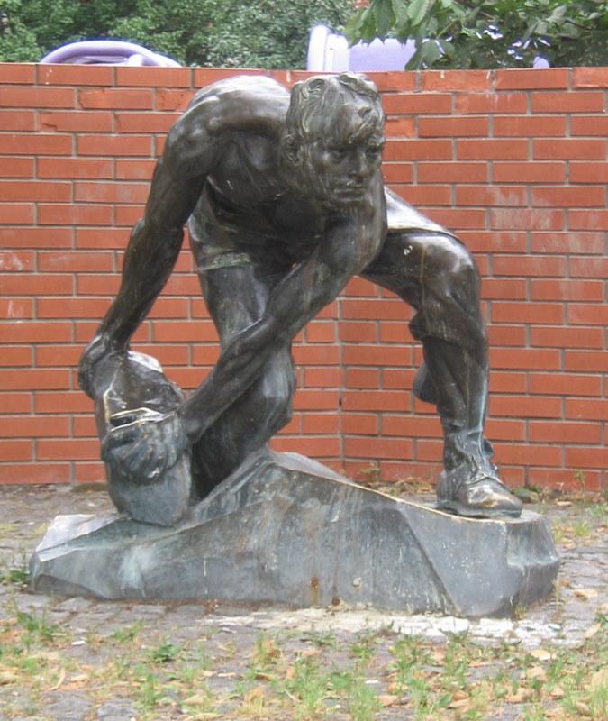 Скульптура «Камень - оружие пролетариата», 1982 год: бронзовая копия скульптуры Ивана Шадра 1927 года.Фото: Kamelot / Википедия